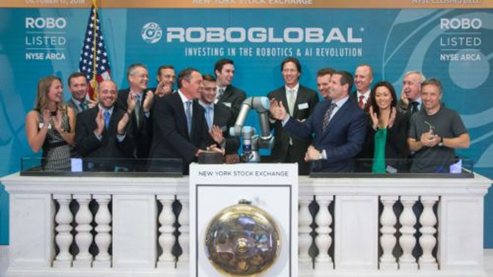 Content Dam Vsd En Articles 2018 12 Collaborative Robot From Universal Robots Rings New York Stock Exchange Bell Leftcolumn Article Headerimage File